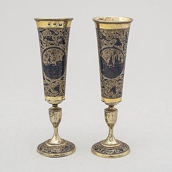 CHAMPAGNESTRUTAR, två stycken, snarlika, silver, icke identifierad mästarstämpel, Moskva 1843.