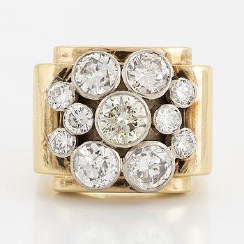 RING, 18K guld med 5 stora och mindre briljanter, totalt ca 3.50 ct.