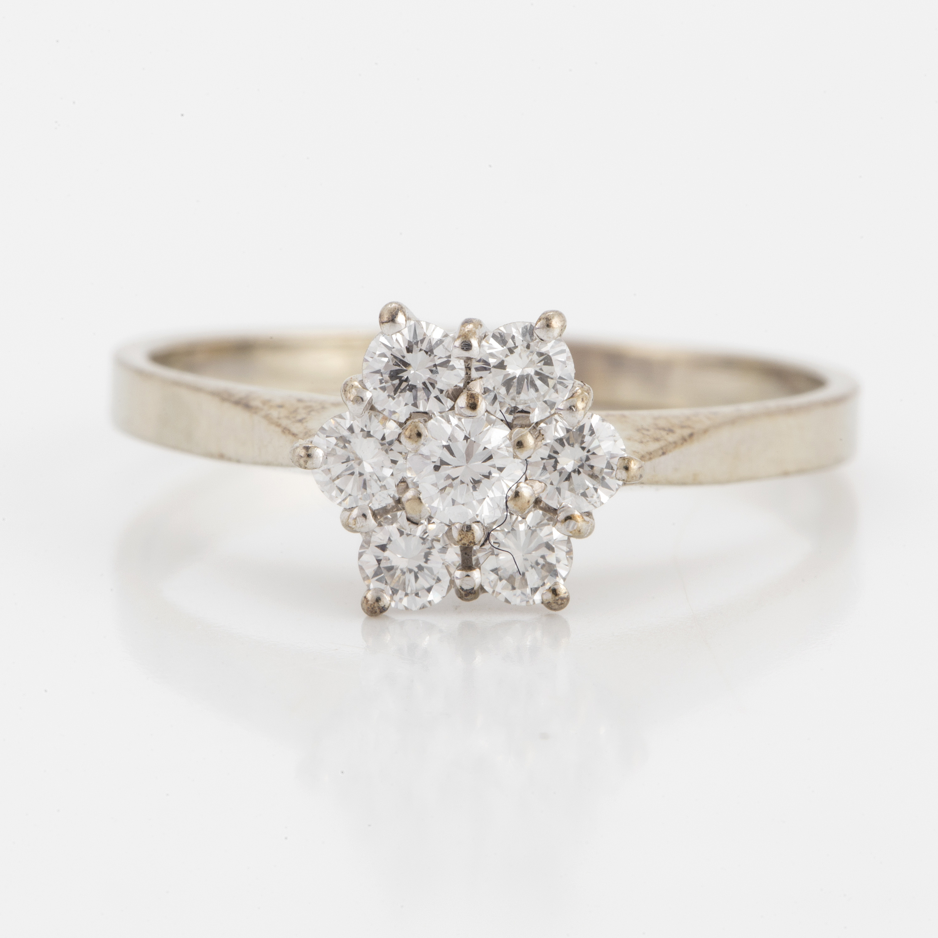 CLUSTER RING, 18K white gold with 7 diamonds 0 54 cts, according to