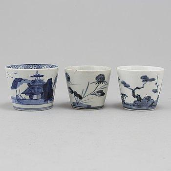 KOPPAR, tre stycken, porslin. Japan, Meiji, omkring 1900.