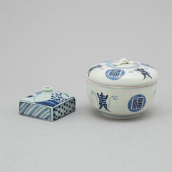 SKÅL med LOCK samt FLASKA, porslin. Japan, Meiji (1868-1912).