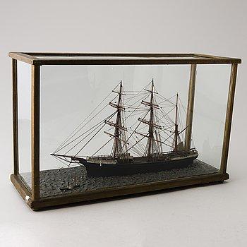 MODELLFARTYG, i vitrin, bemålat trä, 1800-/1900-tal.