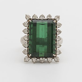 RING 18K whitegold 1 green tourmaline approx 18 x 12 mm and single-cut diamonds approx 0,50 ct.