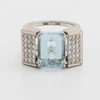 RING 18K whitegold w 1 topaz approx 14 x 11 mm and 36 brilliant-cut diamonds approx 0,60 ct.