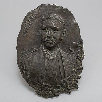 OKÄND KONSTNÄR, väggrelief, brons, otydligt signerad och daterad 1905.
