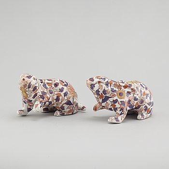 A pair of Chinese porcelain figurines from the 20th century.