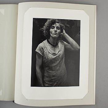 "OLIKA KONSTNÄRER, ""Jubileumspärm Fotografi Centrum Stockholm 1985"", 10 st silvergelatinfotografier, numrerad 27/110."