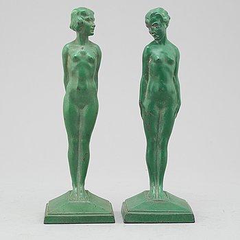 ADOLF GUSTAV DAUMILLER, ett par bokstöd / skulpturer, metall, stämpelsignerade.