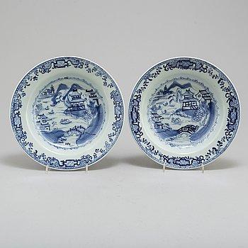 DJUPA TALLRIKAR, ett par, kompaniporslin. Qingdynastin, Qianlong (1736-95).