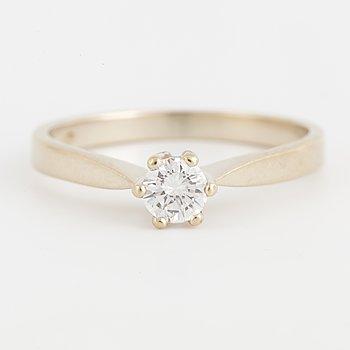 RING, 18K vitguld och briljantslipad diamant. S.k stjärnring.