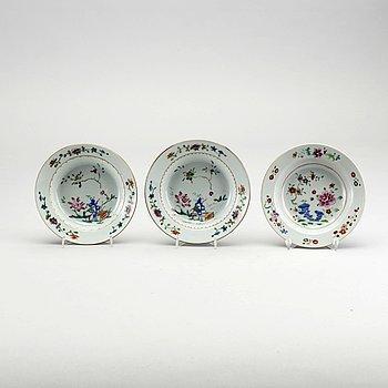 BÄRTALLRIKAR, tre stycken, porslin. Kina, Qingdynastin, Qianlong (1736-1795).