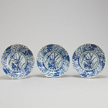 SKÅLFAT, tre stycken, porslin. Japan, 1900-tal.