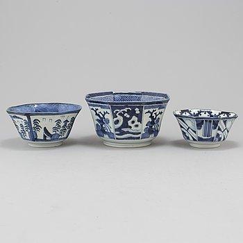 KRUKOR, tre stycken, porslin. Japan, 1900-tal.