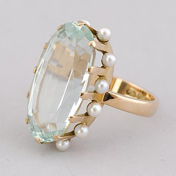 A RING, facetted aquamarine, cultured pearls, 14K gold. Veljekset Sundqvist, Helsinki 1963.
