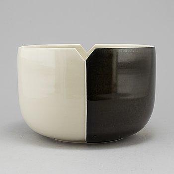 MARGARETA HENNIX, a stoneware bowl Gustavsberg, dated 1982.