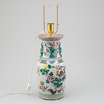 BORDSLAMPA, porslin, Kina, 1900-tal.