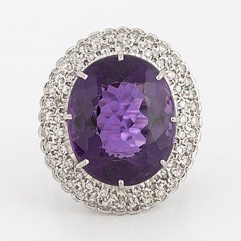 RING, 18K vitguld med en stor ametist och små diamanter ca 0.65 ct.