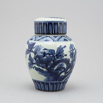 URNA med LOCK, porslin. Japan, Meiji (1868-1912).