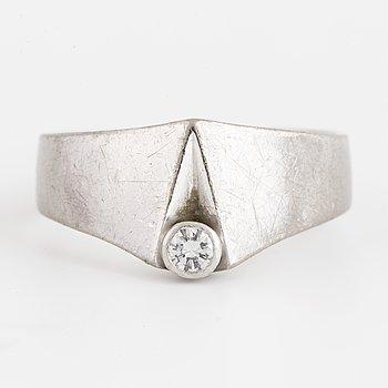 LAPPONIA, design Juhani Linnovaara. 18K vitguld med en briljantslipad diamant. 1973.