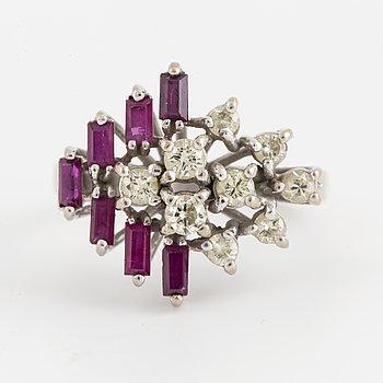 RING, 18K vitguld med rubiner och diamanter.