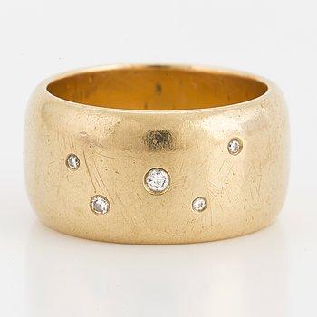 RING, 18K guld med briljantslipade diamanter. Vikt 18,6 gram.