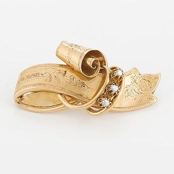 BROSCH, 18K guld med halvpärlor, 1900-talets första hälft.