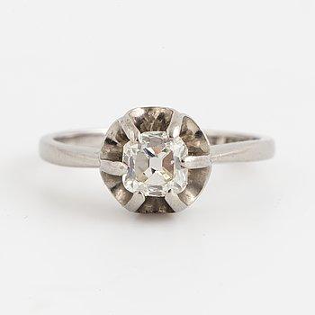 RING, med gammalslipad diamant.