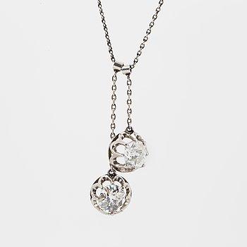 HÄNGSMYCKE, 18K vitguld med 2 gammalslipade diamanter.