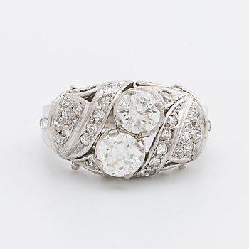 RING 18K vitguld med 2 större briljanter ca 1,30 ct totalt samt 2 briljanter och diamanter 8/8 ca 0,30 ct totalt.