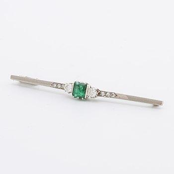 BROSCH 18K vitguld med 1 smaragd ca 4 x 5 mm och briljanter samt diamanter 8/8 ca 0,20 ct totalt, Stockholm 1936.
