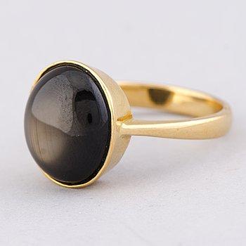 A RING, black star sapphire, 18K gold.