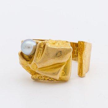 """LAPPONIA RING, 18K guld m 1 odlad pärla ca ca 5 mm, design Björn Weckström 1973""""Ukkoshelmi"""", Finska stämplar."""