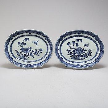 STEKFAT, två stycken, snarlika, porslin, Kina, Qianlong (1736- 1795).