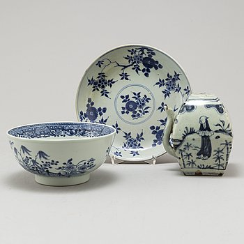 Three Chinese porcelain items, 18th-20th Century.