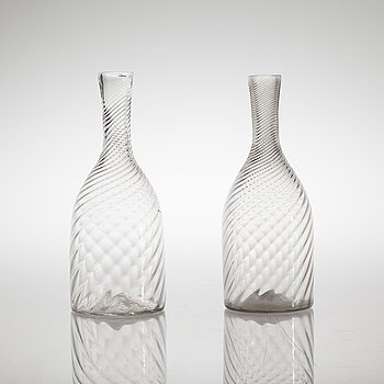 A pair of glas carafes from the 19th century.