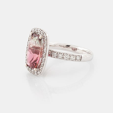 Ring, med turmalin ca 3.00 ct samt briljantslipade diamanter totalt ca 0.40 ct.