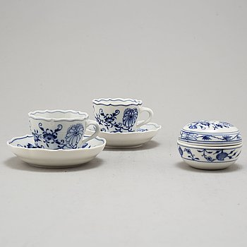 18 MEISSEN COFFEE CUPS AND SAUCERS AND A SUGARBOWL, MID 20TH CENTURY.