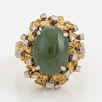 RING, med cabochonslipad infärgad förmodligen jadeit och åttkantslipade diamanter.