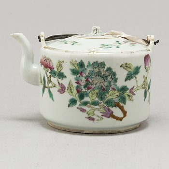 A CHINESE PORCELAIN TEAPOT, 19th/20th century.