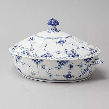 """A porcelain """"Musselmalet"""" terrine by Royal Copenhagen from the second half of the 20th century."""