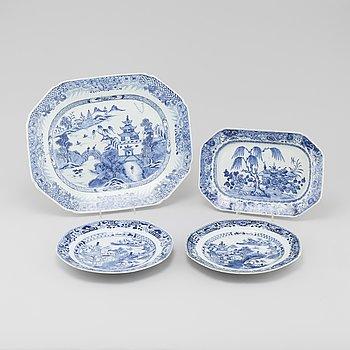 STEKFAT, 2 st, samt TALLRIKAR, 2 st, porslin, Kina, 1700-tal.