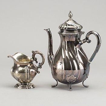 KAFFEKANNA, silver, Köpenhamn 1954 och GRÄDDKANNA, silver, 1800-tal. Vikt 590 g resp 125 g.
