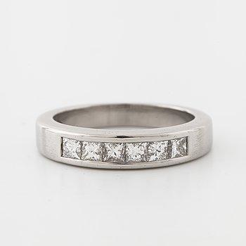 RING, med prinsesslipade diamanter.