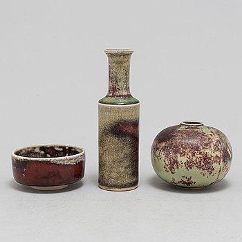 STIG LINDBERG, två vaser samt skål, stengods,  Gustavsbergs studio, 1900-talets andra hälft.