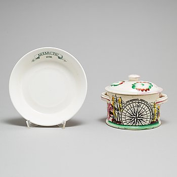 A SAUCER AND A BOX WITH COVER, 19th century.