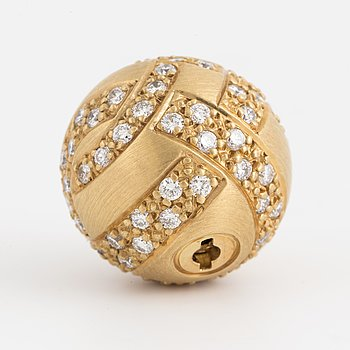 An 18K gold clasp set with round brilliant-cut diamonds.