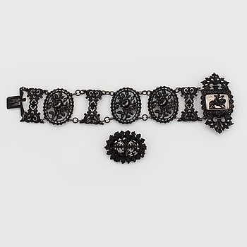 979. A Berlin iron and steel bracelet and brooch. Berlin 1820-30.