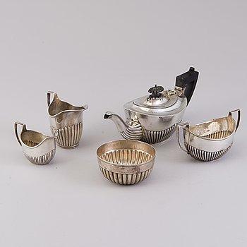 TEKANNA, GRÄDDSNÄCKOR, 2 st och SOCKERSKÅLAR, 2 st, sterling silver, London och Birmingham 1885 - 1906.