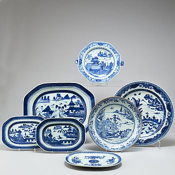 A set of seven blue and white porcelain dinner service parts, Qing dynasty 18th/19th Century.