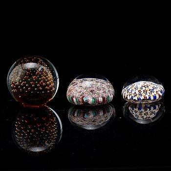 BREVPRESSAR, tre stycken, glas. Varav två etikettmärka Murano, Italy.